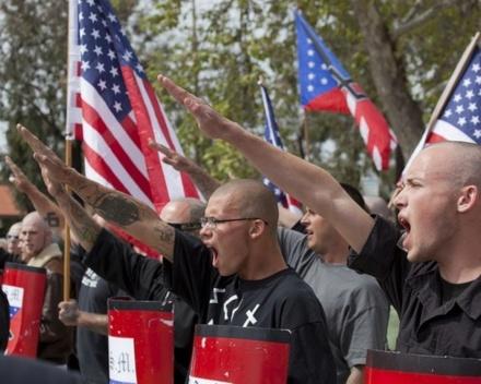 Négationnisme: les exemples allemands et américains