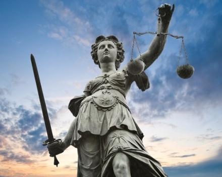La justice face aux symboles
